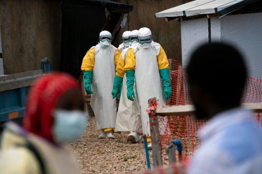 Gezondheidswerkers beginnen aan hun shift in een ebolabehandelingscentrum in Beni, Congo.