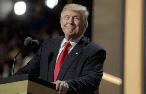 Trump défend son décret contre les réseaux sociaux par l'absurde