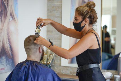 Les masques n'empêcheraient pas les contaminations chez les coiffeurs et autres salons d'esthétique
