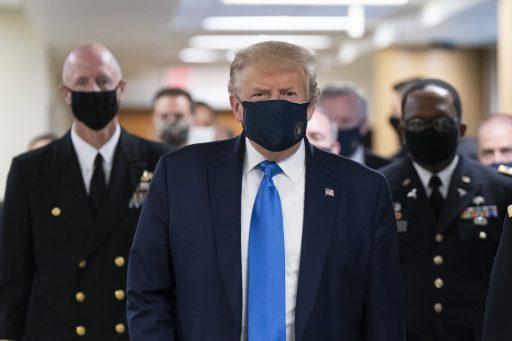 Trump draagt voor het eerst een mondmasker, terwijl VS nieuw dagrecord vaststellen