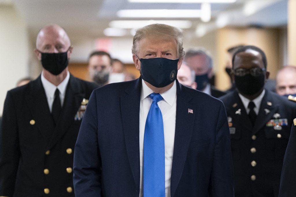 Donald Trump accepte de porter un masque en public pour la première fois