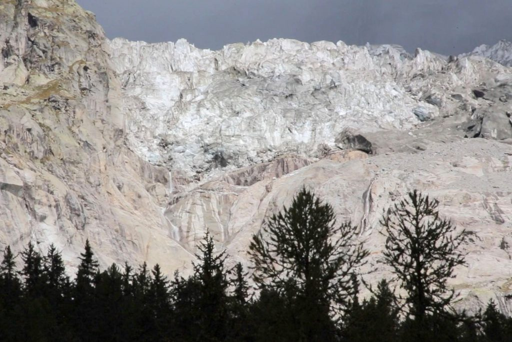 Brok ijs van 500.000 kubieke meter dreigt af te breken van Mont Blancmassief