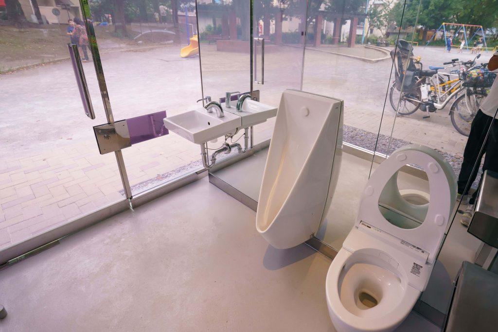 Deze doorzichtige toiletten worden ondoorzichtig eens de deur wordt gesloten.