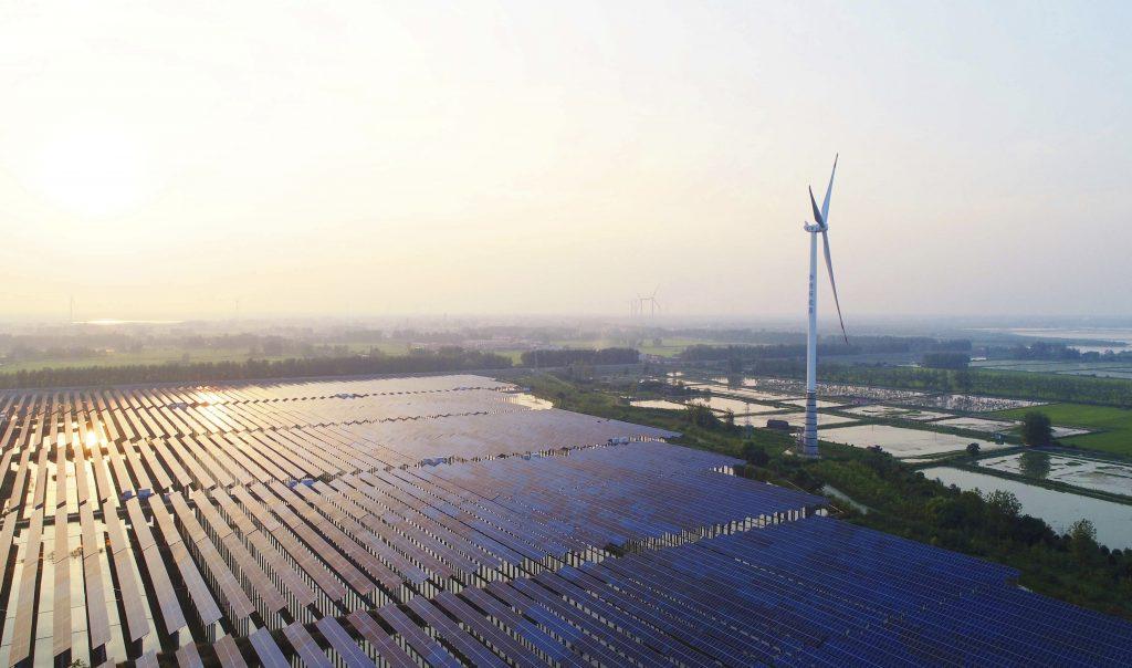 Zonnepanelen- en windmolenpark in Chuzhou City, China.