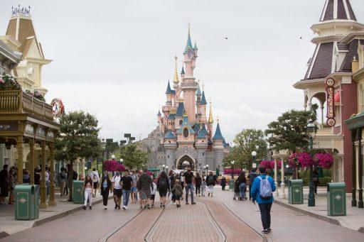 Disneyland Paris se reconfine jusqu'en février, mais espère un miracle de Noël