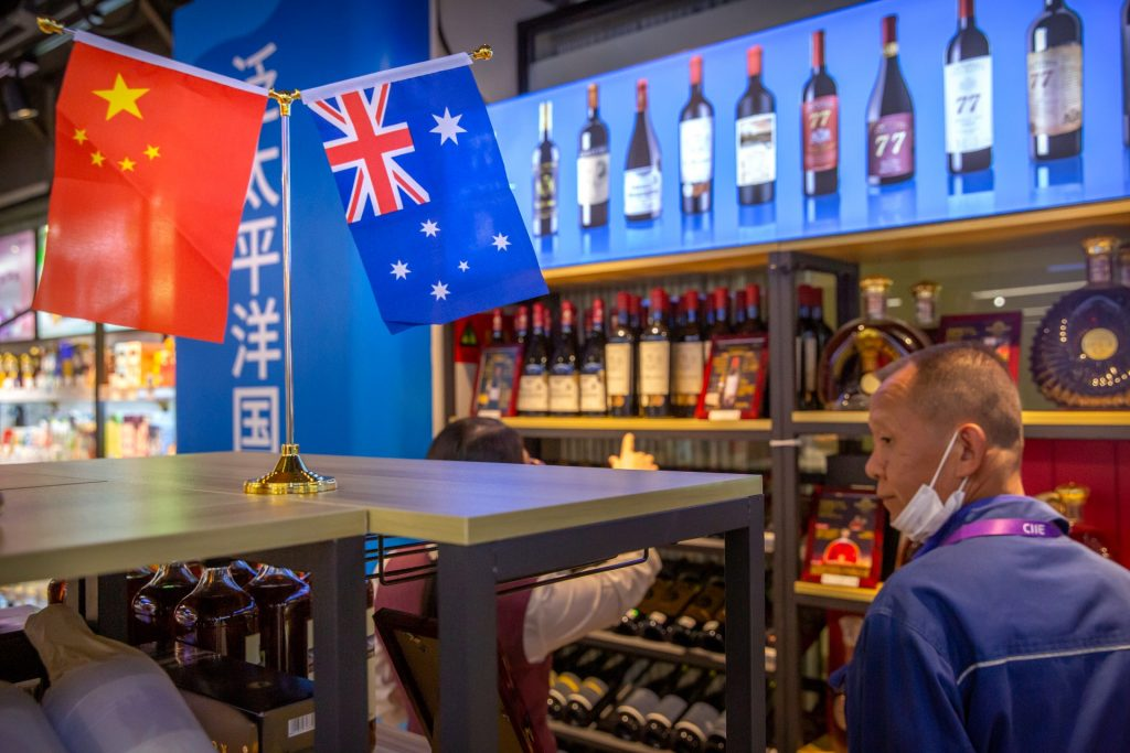 Een display met Australische wijn op de China International Import Expo in Shangai.