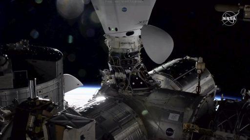 De Dragon cargocapsule legt aan aan het International Space Station op 7 december 2020.