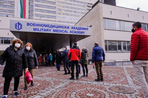 La Bulgarie, premier pays de l'UE à faire sauter le système des groupes prioritaires pour la vaccination: effet immédiat
