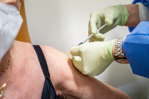 'Le vaccin Pfizer réduit considérablement la transmission du Covid-19 dès la 1e dose': l'excellente nouvelle venue de Cambridge