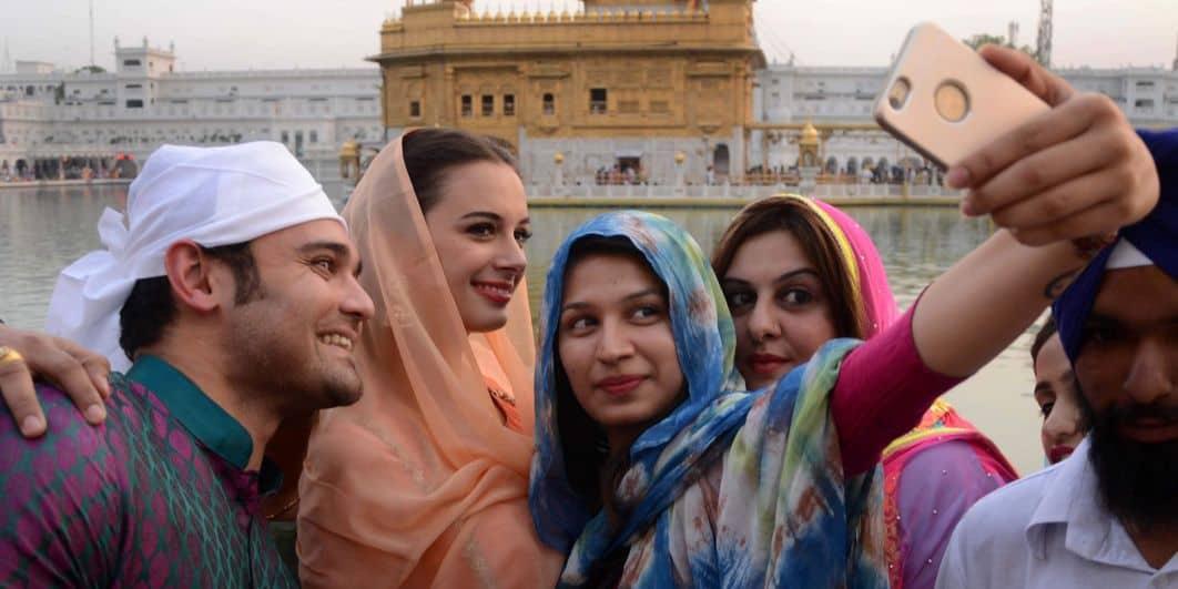 Jonge Indiërs nemen een selfie.