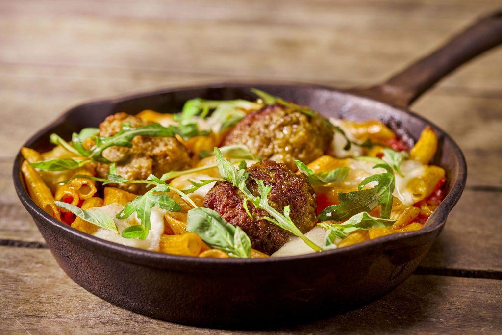 RECEPT Spicy kalfsgehaktballen met penne, mozzarella, tomaat, rucola en basilicum