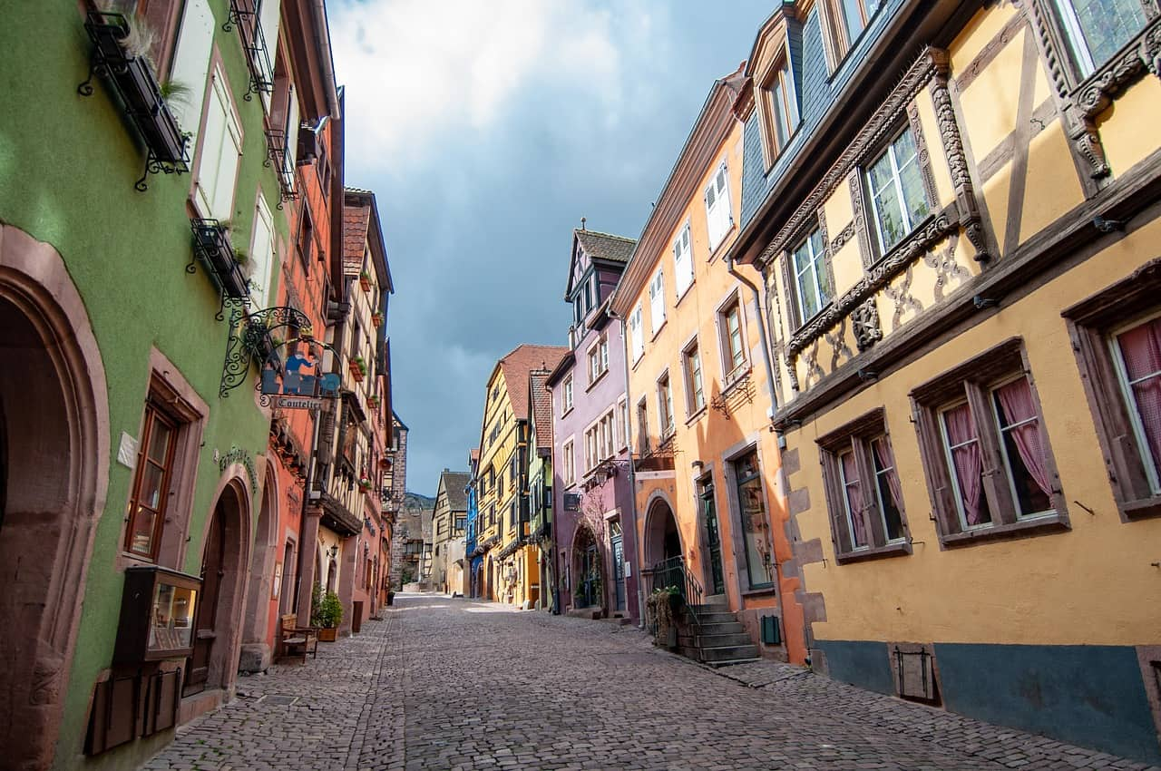 Kleurrijke huisjes in een smalle straat in Kaysersberg, een van de mooiste Franse dorpjes.
