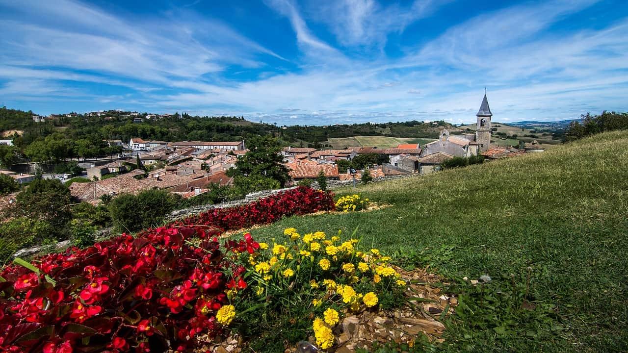 Bloemen kijken uit over Lautrec, een van de mooiste Franse dorpjes.