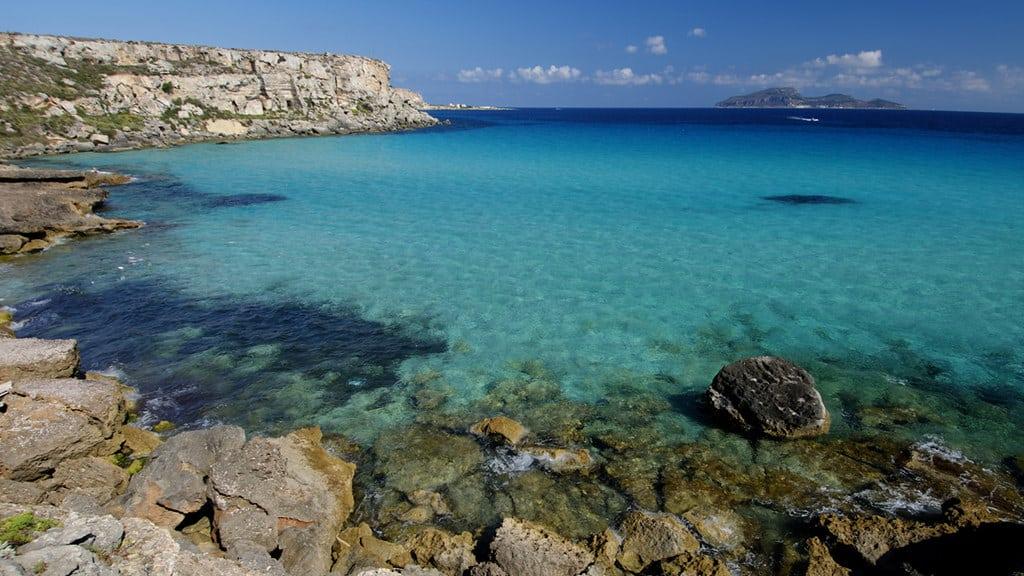 Une baie aux eaux bleues claires sur l