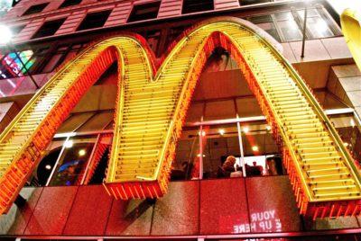 L'enseigne d'un établissement de restauration rapide McDonald's