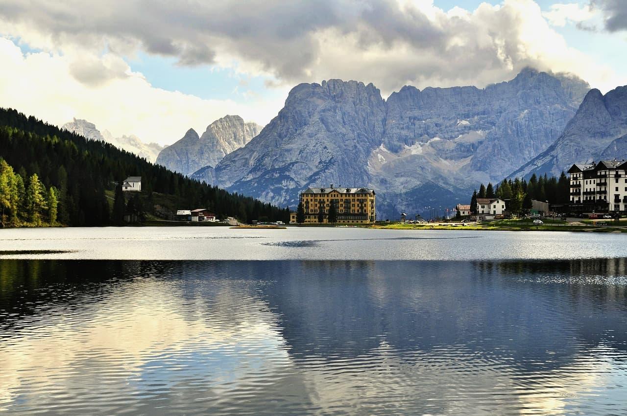 Le lac Misurina, avec un hôtel et les montagnes en arrière-plan.