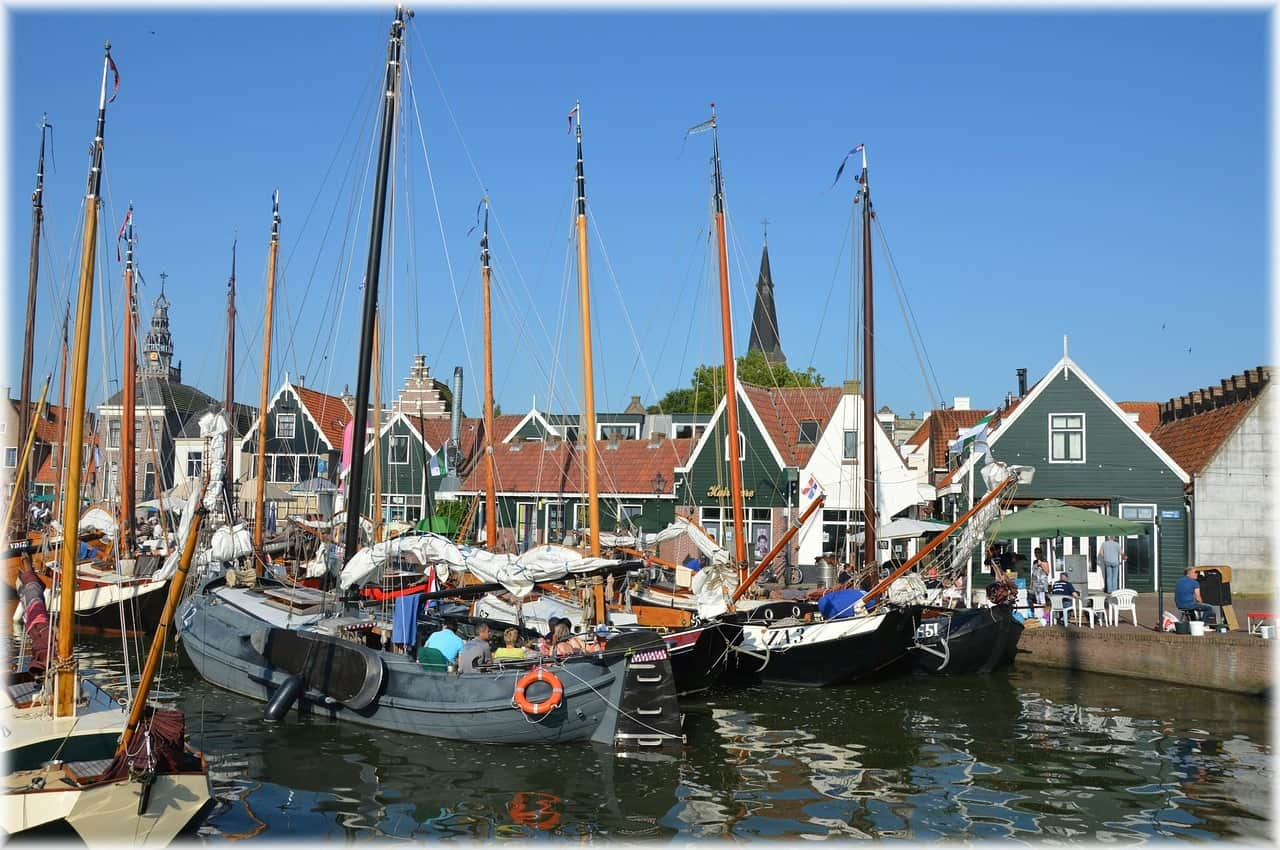 Een haven met boten in Monnickendam.