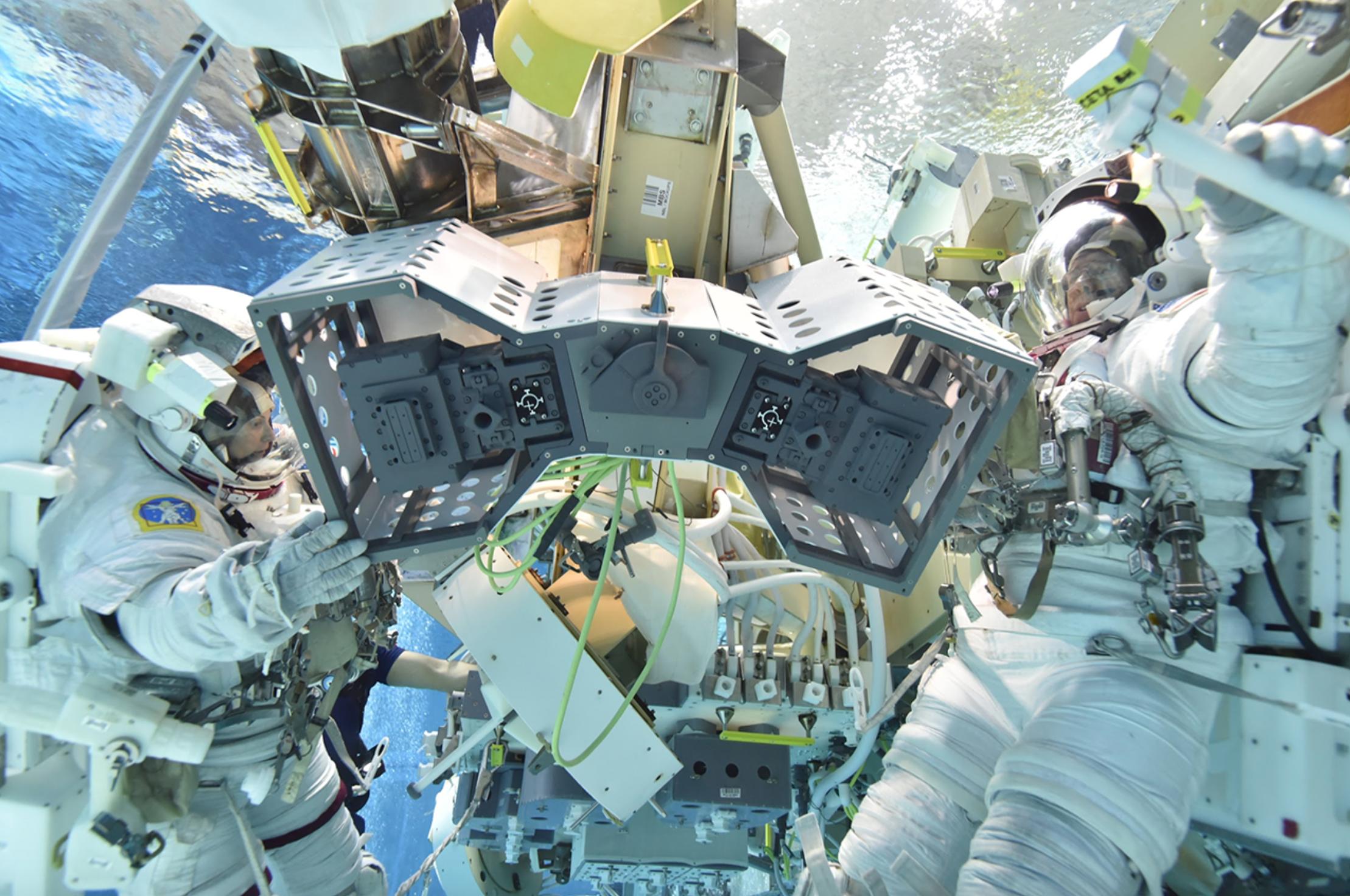 Des astronautes s'entraînent à mettre en place l'hôtel pour robots de la NASA