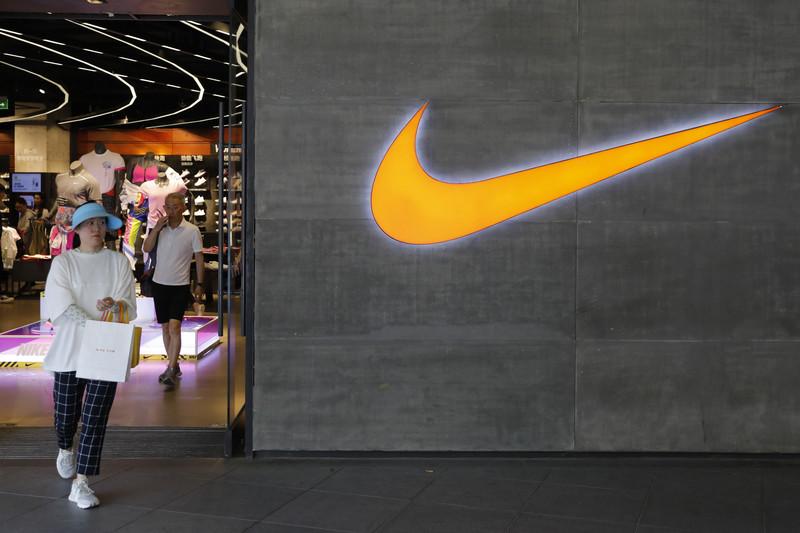 Een Nike-logo naast een Nike-winkel in Peking. EPA-EFE/WU HONG