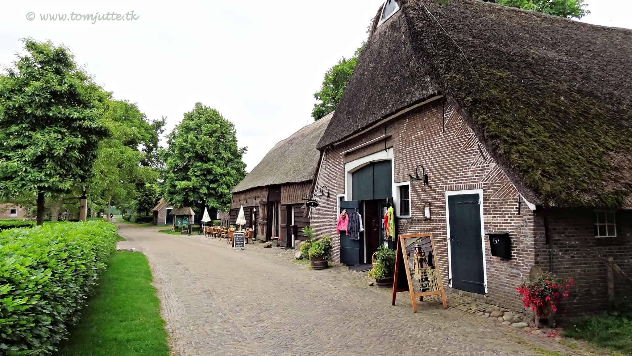 Huisjes langs een weggetje in Orvelte, een van de mooiste Nederlandse dorpjes.
