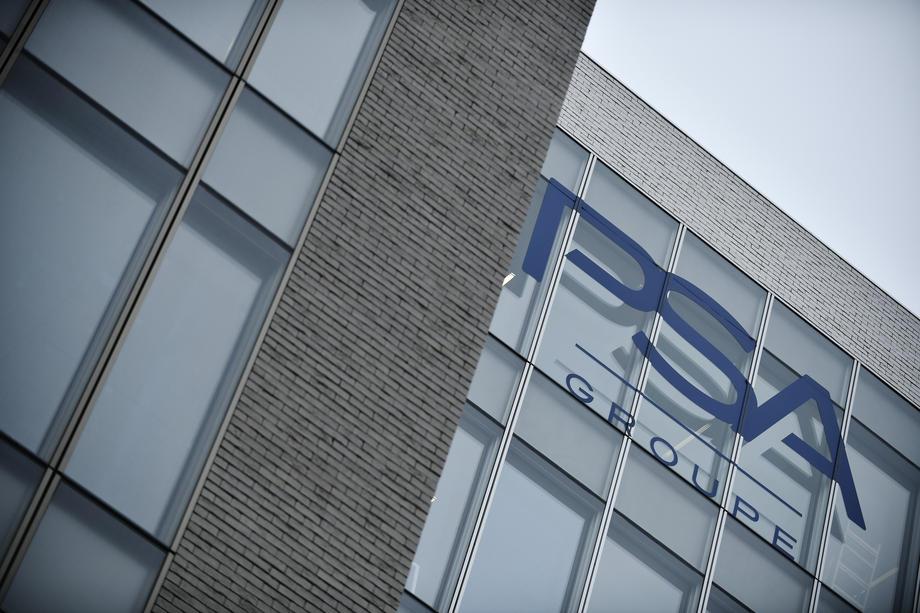 Le groupe français PSA a décidé de céder sa participation dans un petit groupe chinois alors que ses ventes chutent.