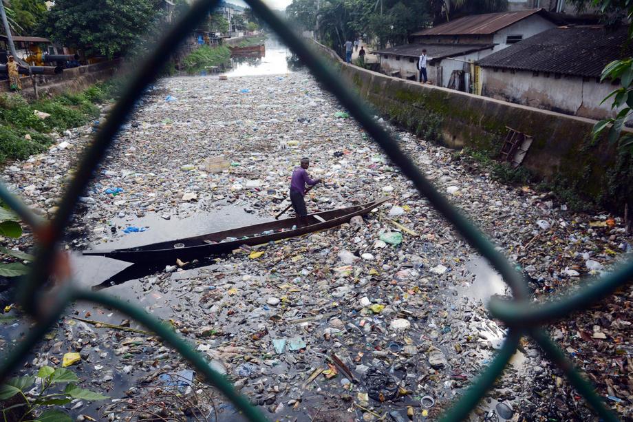 Les déchets plastiques envoyés par l'Occident sont brûlés en Indonésie, où ils empoisonnent la chaîne alimentaire. Les toxines peuvent provoquer de graves problèmes de santé, tel que le cancer.