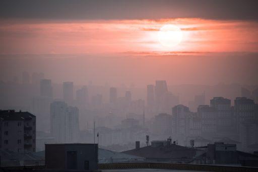 'La pollution de l'air contribue à 19% des décès dus au covid-19'