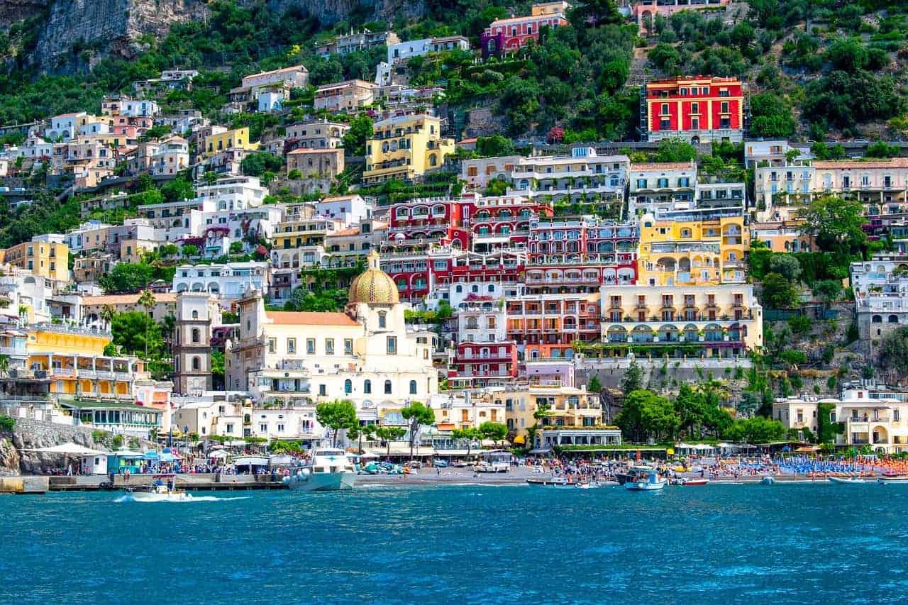Maisons colorées situées le long de la côte à Positano, l'un des plus beaux villages italiens.