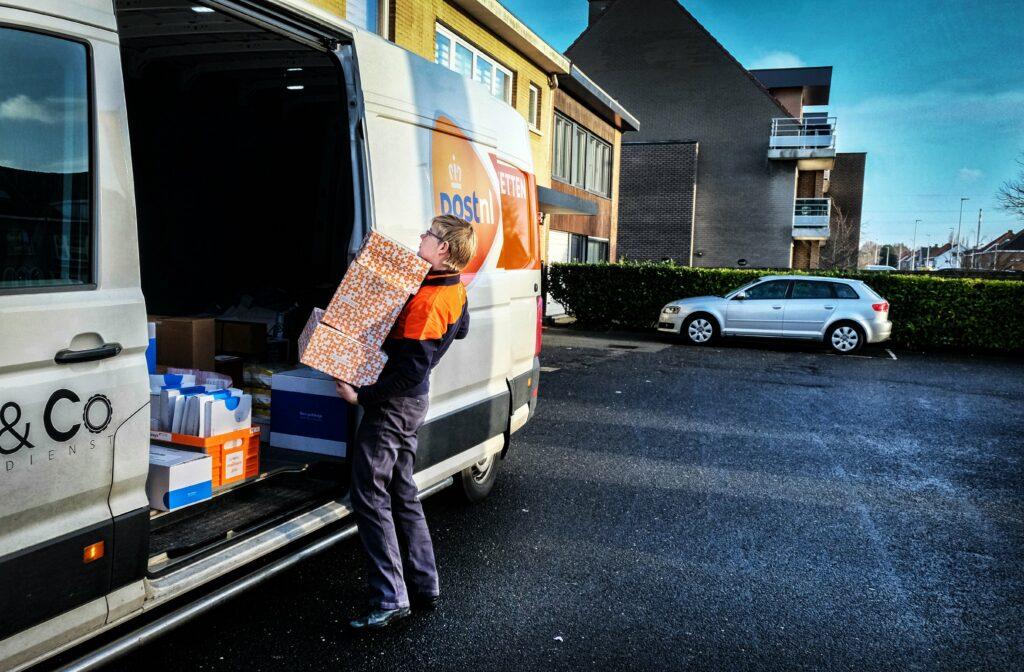 Na Bpost rekent ook PostNL extra kosten aan op piekmomenten