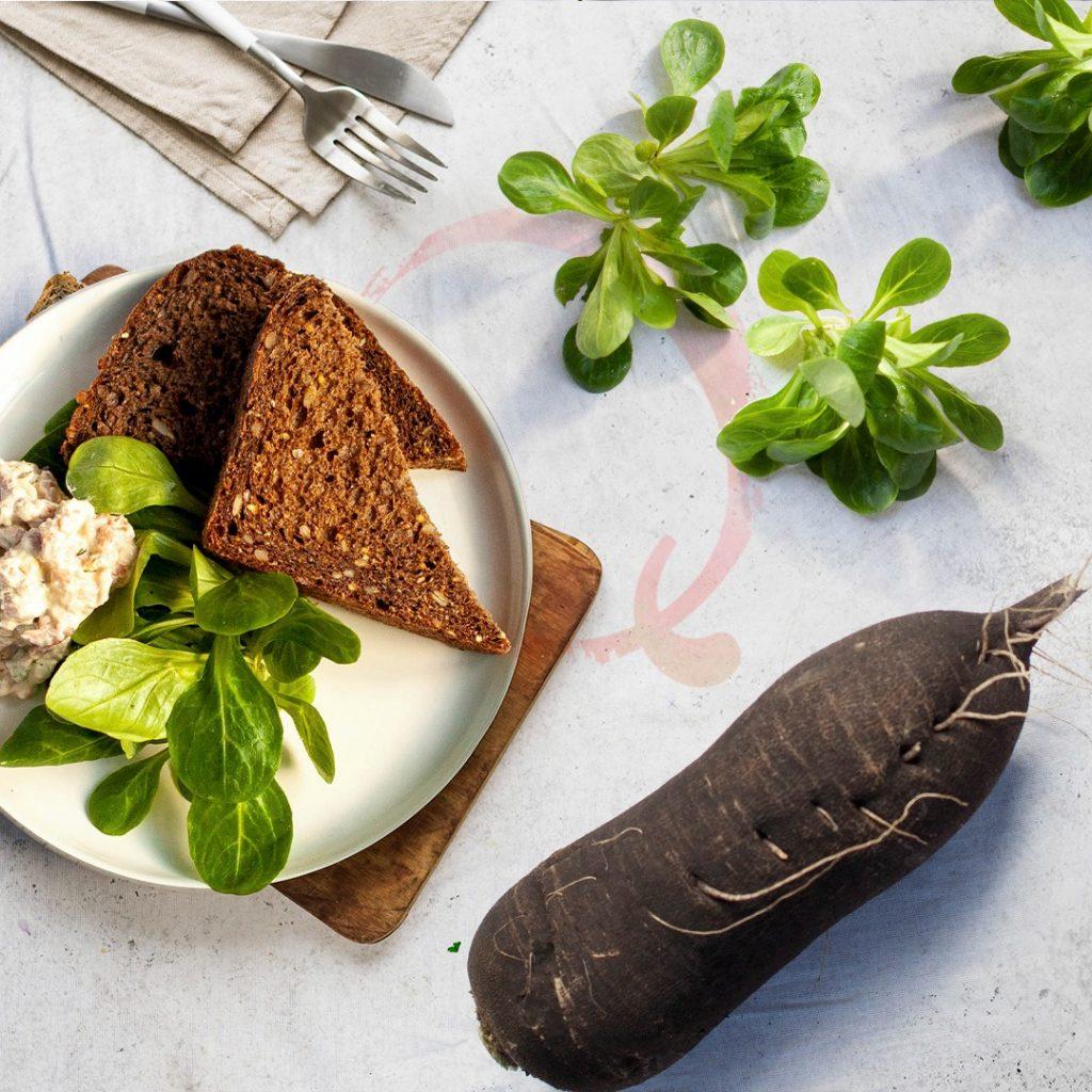 RECEPT Rammenas met garnalen, groene kruiden en veldsla