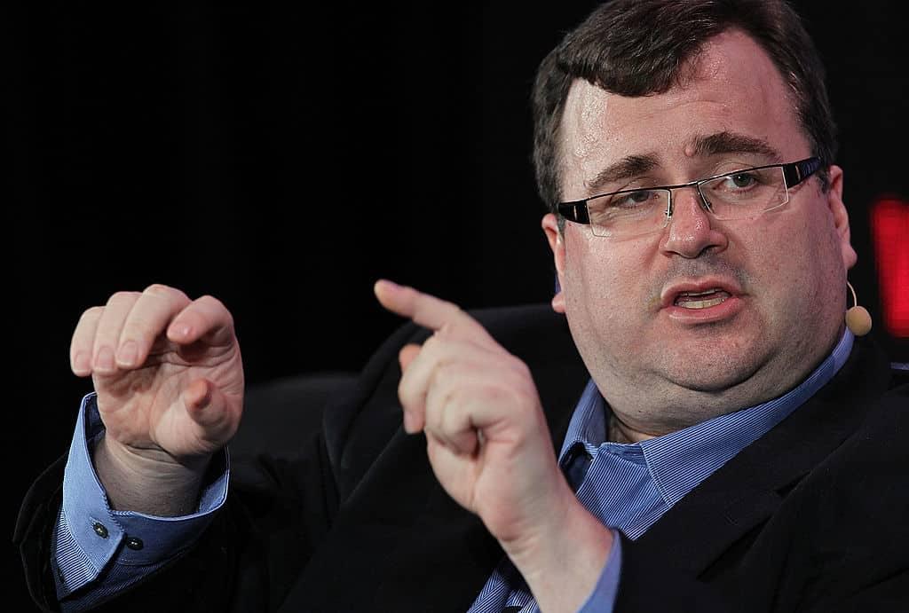 LinkedIn-oprichter Reid Hoffman gebaart met zijn handen tijdens een interview.