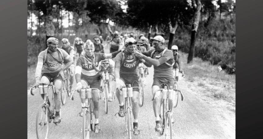 Les cyclistes fument une cigarette pendant le Tour de France.
