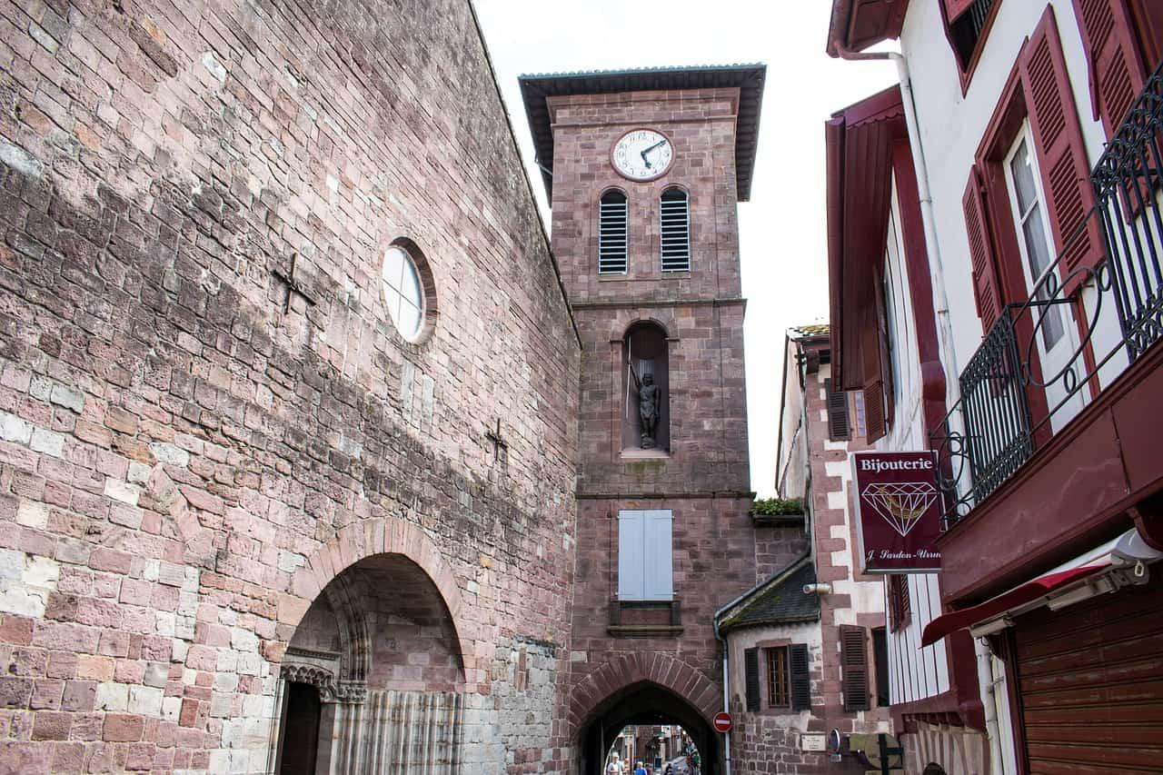 Oude muren in Saint-Jean-Pied-de-Port, een van de mooiste Franse dorpjes.