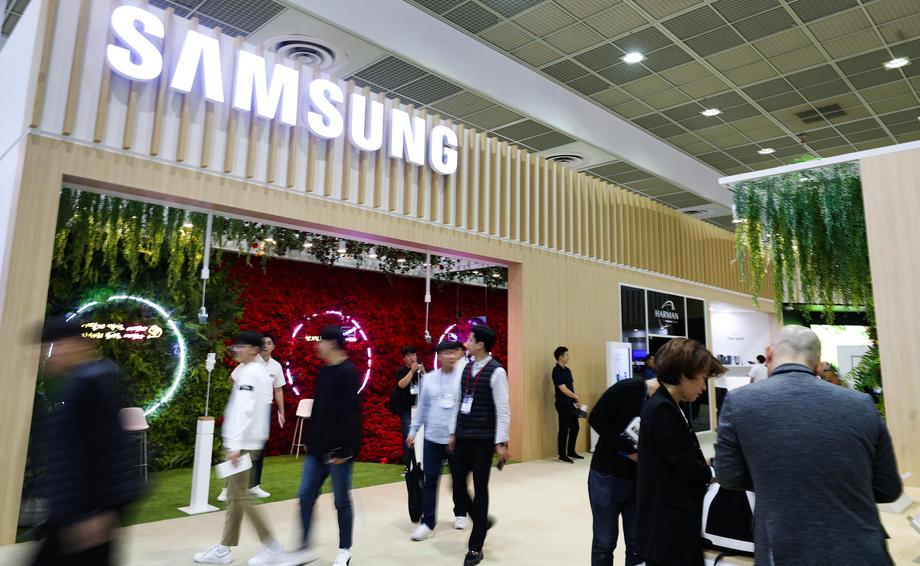 Samsung lance l'offensive pour rattraper son retard sur Apple. Le fabricant sud-coréen veut ainsi investir dans les services pour poursuivre l'avance de 45 milliards d'euros par an du groupe à la pomme dans ce secteur.