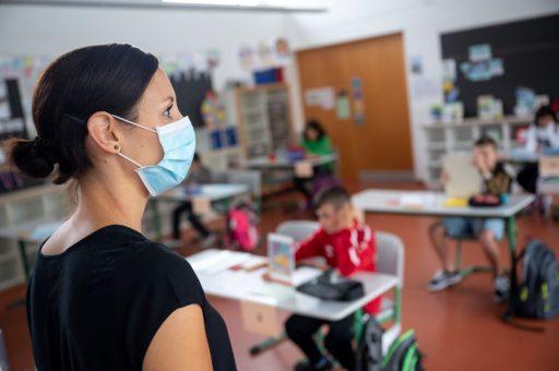 Les contaminations bondissent dans les écoles, suffisamment pour passer au code orange?