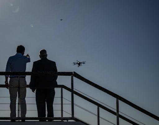 Le fléau du Covid en Europe: des drones dans les cimetières de Madrid; la police à Noël dans les foyers britanniques