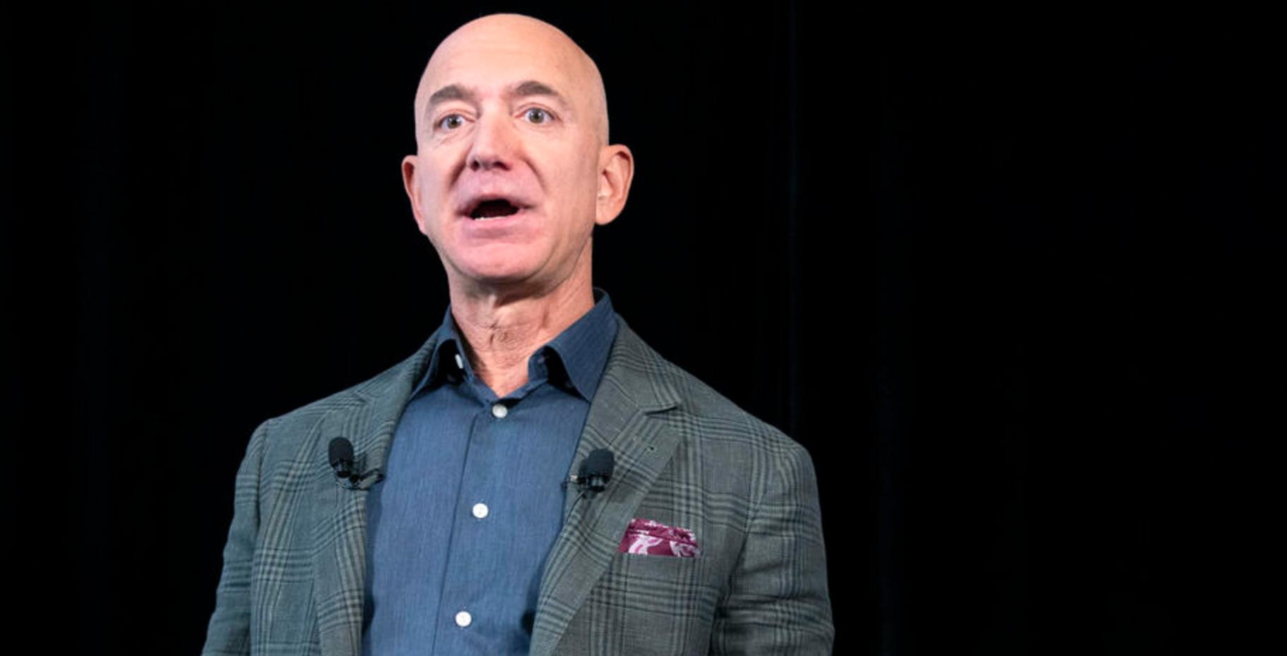 Het bedrijf van CEO Jeff Bezos wordt al onderzocht in het antitrustonderzoek. Nu eisen een veertigtal organisaties dat het congres bekijkt of het zich wel aan de privacywetgeving houdt. - EPA-EFE/MICHAEL REYNOLDS