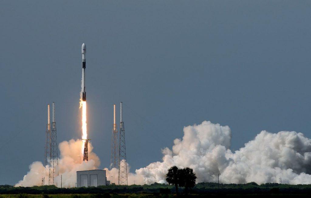 SpaceX lanceert een Falcon 9 om een GPS III satelliet van de Space Force in orbit te brengen.