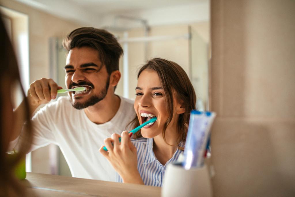 Voor eens en voor altijd: moet je je tanden poetsen voor of na het ontbijt?