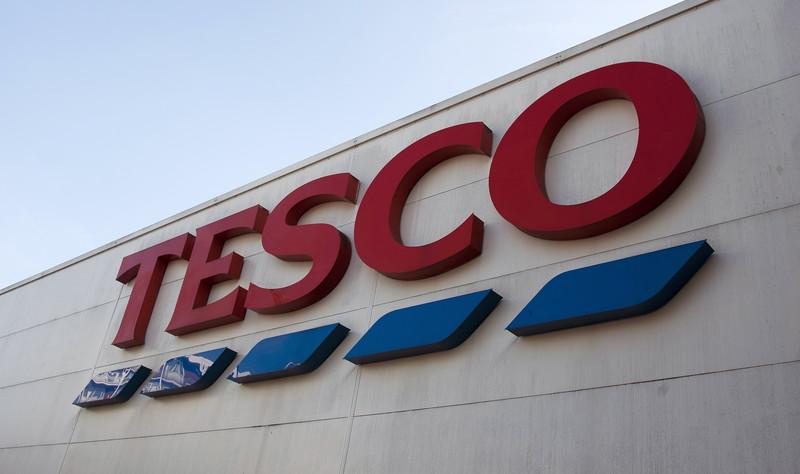 Tesco valt discounters aan met betalende klantenkaart