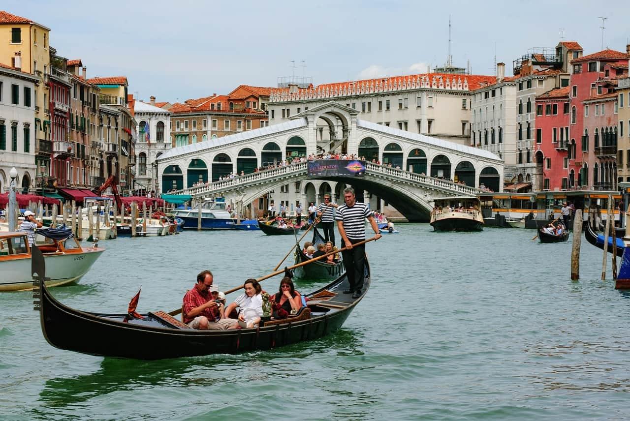 Une télécabine navigue avec les touristes sur un canal à Venise.