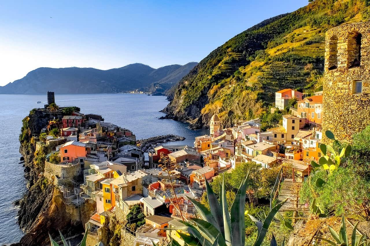 Le village de Vernazza surplombe une baie.