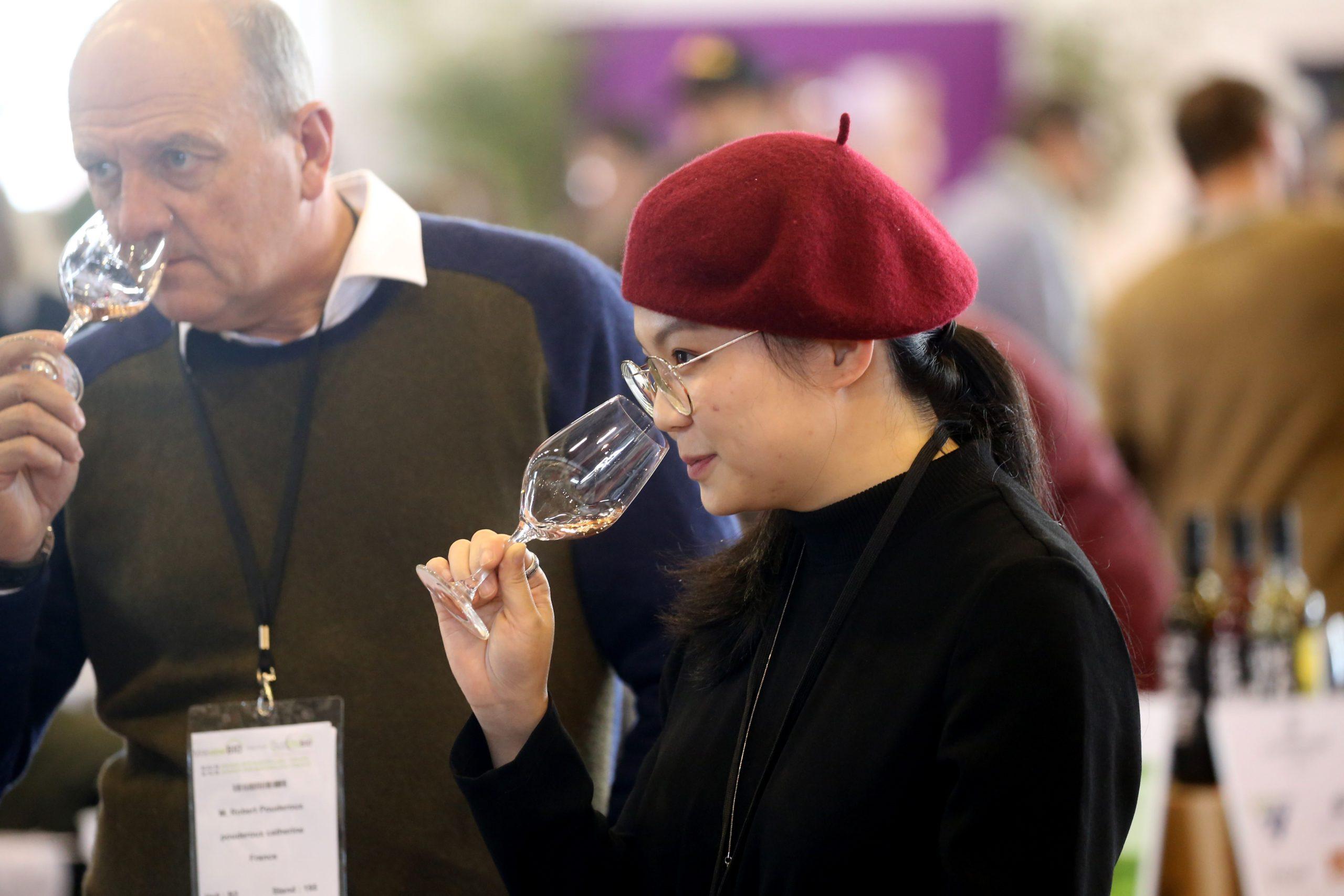 La consommation mondiale de bio-vin a doublé depuis 2013 selon une étude de l'association des viticulteurs Sudvinbio et du British Institute of Wines and Spirits (IWSR).