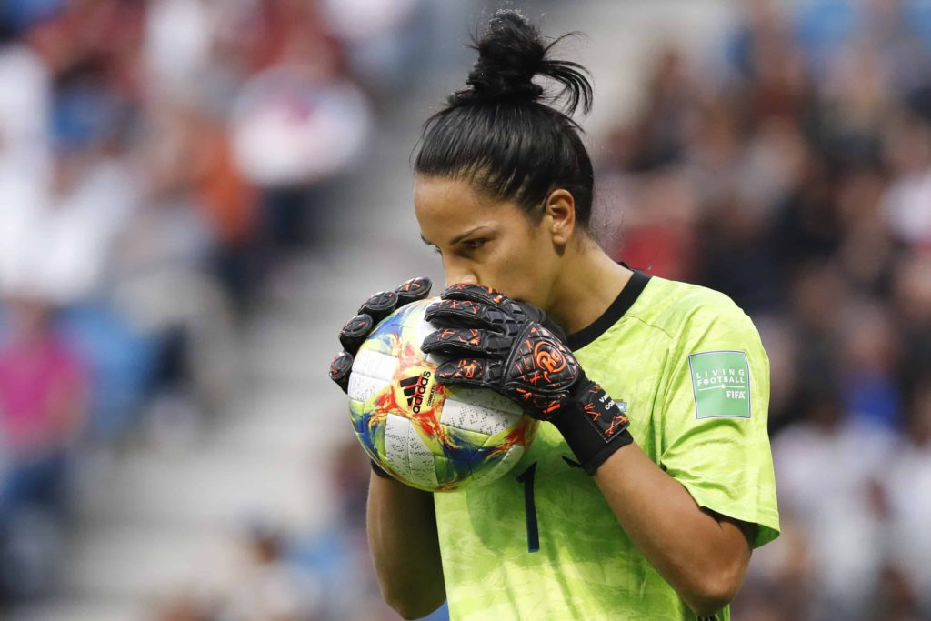 La gardienne de but argentine Vanina Correa tient le ballon lors du match de football du Groupe D de la Coupe du Monde de football Femmes