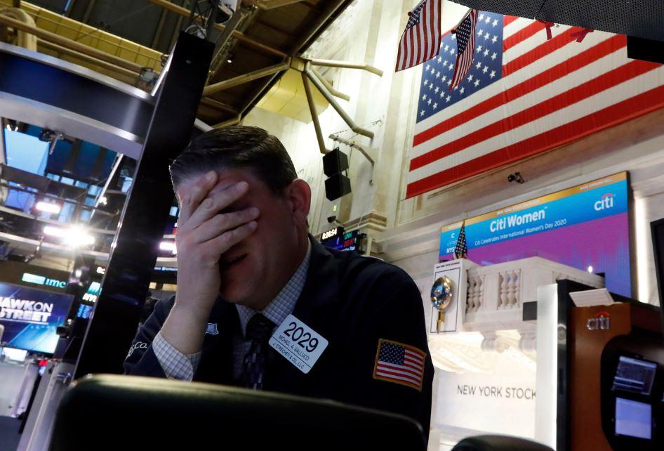 Wall Street beleeft slechtste dag sinds juni nu het virus westerse landen dwingt om terug in de schelp te kruipen