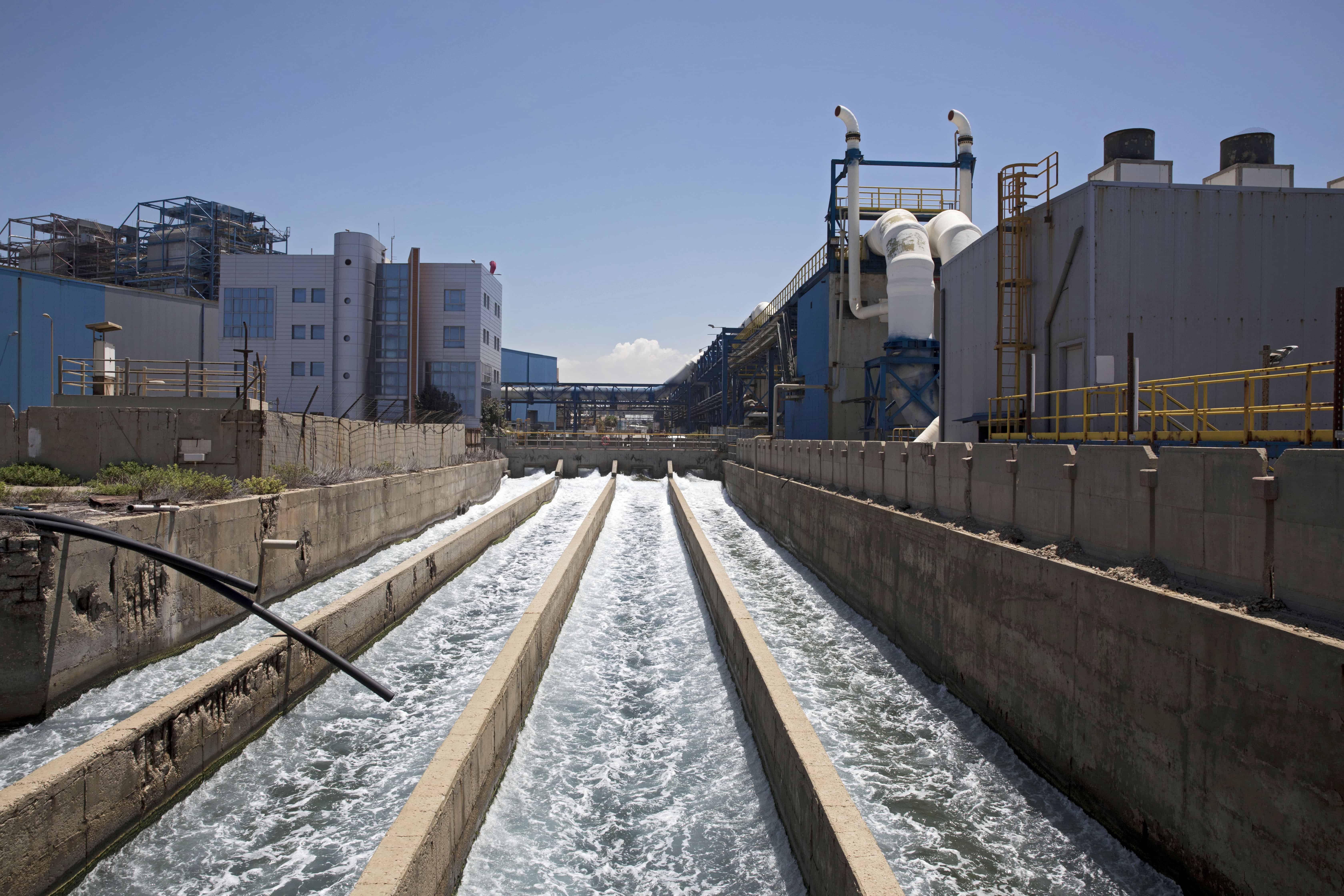 Water stroomt door een ontziltingsfabriek.