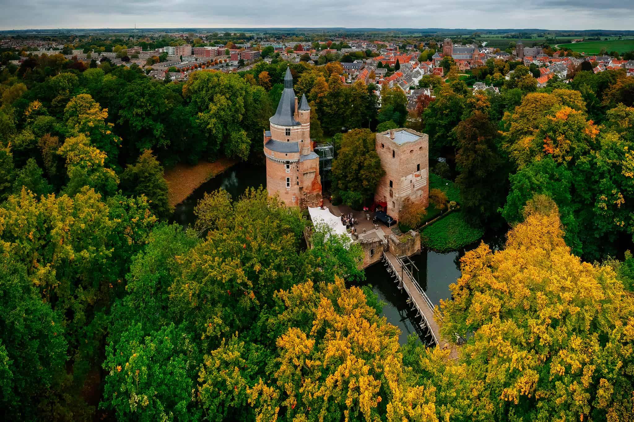 Een kasteel vanuit de lucht tussen de bomen gefotografeerd in Wijk bij Duurstede, een van de mooiste Nederlandse dorpjes.