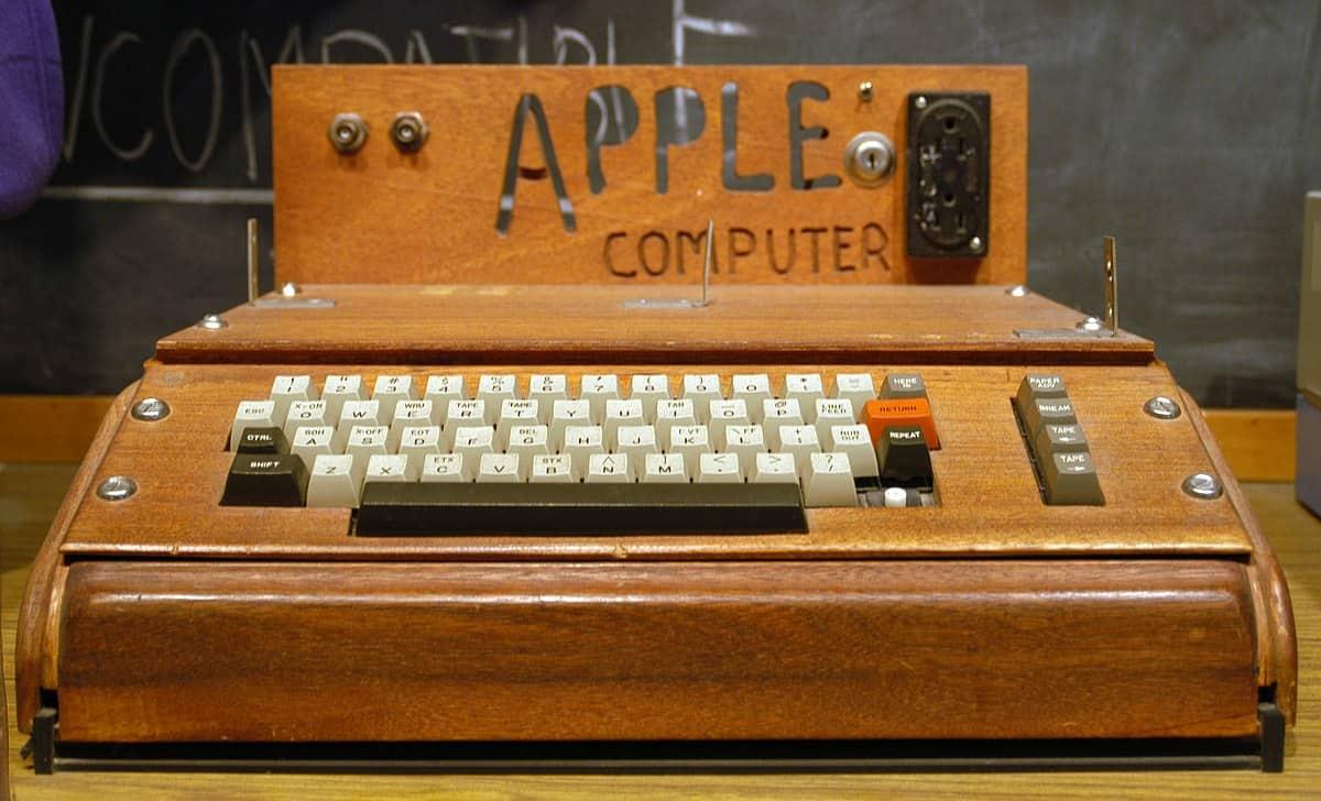De eerste Apple-computer: een houten machine waarop het woordje 'Apple' staat.