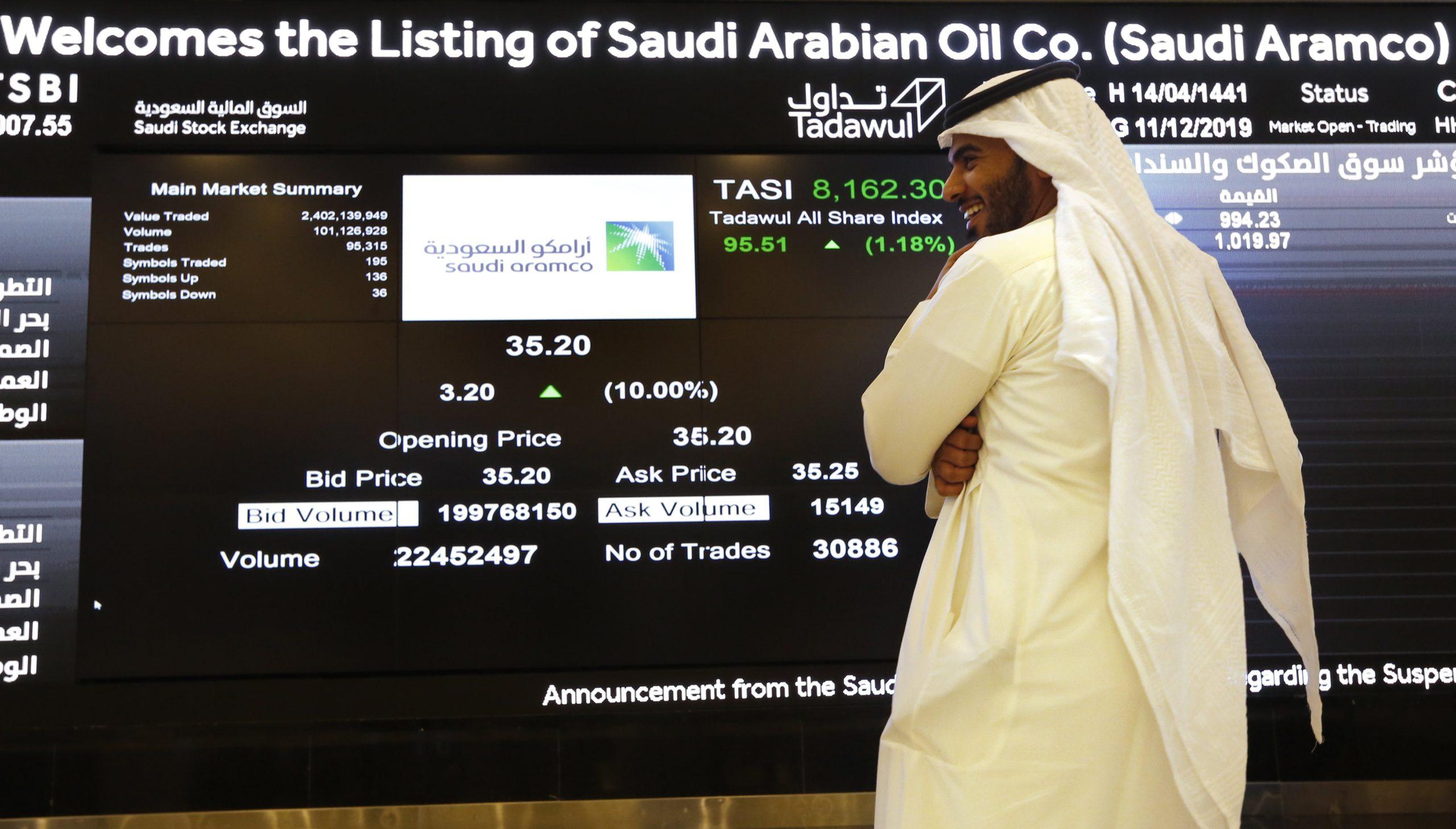 Un employé de la Bourse saoudienne examine la tendance des cours d'Aramco