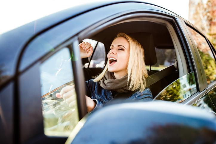 Bewezen: 4 redenen waarom zingen in de auto goed voor je is!
